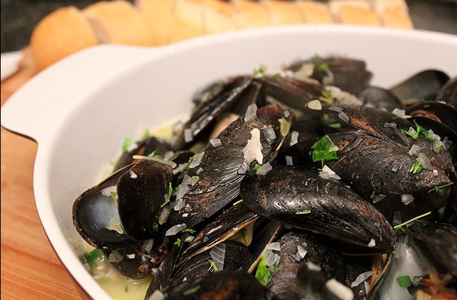 steamed-mussels-in-white-wine-with-garlic